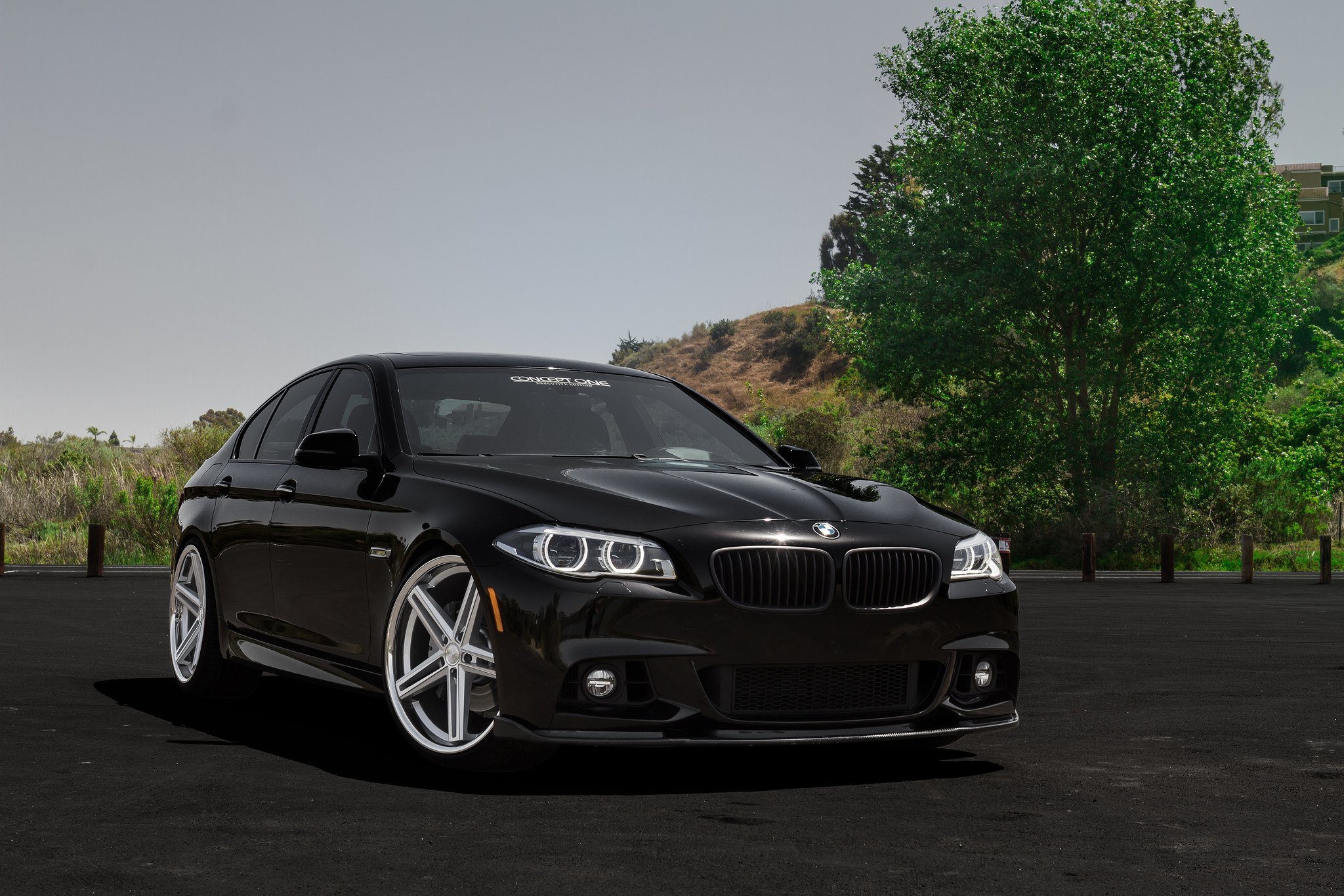 magnifying contrast black bmw 5 series on chrome rims. Black Bedroom Furniture Sets. Home Design Ideas