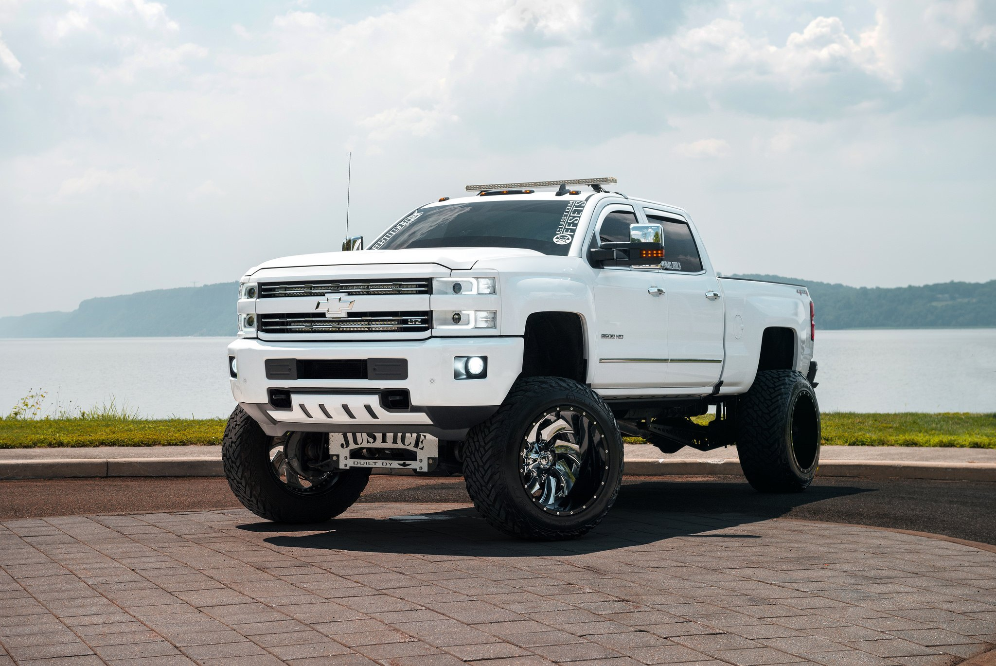 Lifted Chevy Trucks >> White Chevy Silverado On Fuel Offroad Wheels Gets A Great